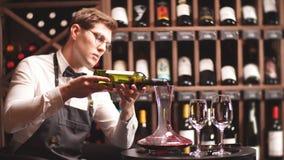 Vino de colada del sommelier experto de la copa de vino del ino de la jarra metrajes