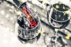 Vino de colada Vino de la Navidad La Navidad, nieve que cae, copos de nieve de oro Año Nuevo Fotos de archivo