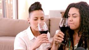 Vino de consumición de los pares lesbianos felices almacen de metraje de vídeo