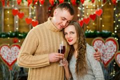 Vino de consumición del marido y de la esposa el día del ` s de la tarjeta del día de San Valentín Imagen de archivo