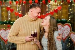Vino de consumición del novio y de la novia el día del ` s de la tarjeta del día de San Valentín Imágenes de archivo libres de regalías