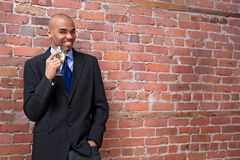 Vino de consumición joven y sonrisa del hombre de negocios Fotos de archivo libres de regalías