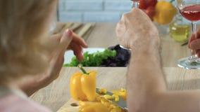 Vino de consumición de los pares mayores vegetarianos para el aperitivo, consumición sana, primer metrajes