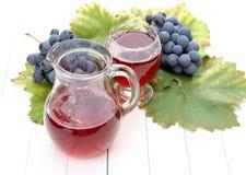 Vino de fruta con las uvas frescas Fotografía de archivo libre de regalías