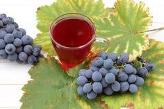 Vino de fruta con las uvas frescas Foto de archivo