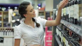 Vino de las compras de la mujer joven almacen de video
