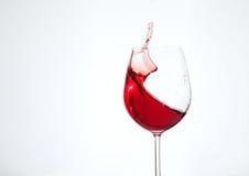 Vino del Bordeaux nel vetro su un fondo bianco Il concetto di Immagini Stock Libere da Diritti