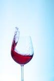 Vino del Bordeaux nel vetro su un fondo blu Il concetto di Immagini Stock