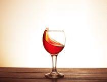 Vino del Bordeaux nel vetro sulla tavola Il concetto della bevanda Fotografia Stock Libera da Diritti