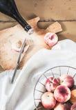 Vino del melocotón y melocotones orgánicos en estilo del vintage Fotografía de archivo libre de regalías