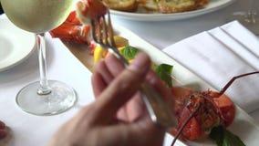 Vino dell'uomo ed aragosta beventi di cibo video d archivio