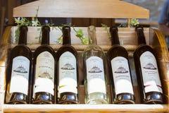 Vino dell'uva di produzione locale in bottiglie Chiesa di Santa Barbara Immagini Stock Libere da Diritti