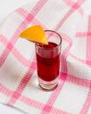 Vino della casa di estate con la fragola sulla tovaglia, cocktail dolce Fotografia Stock