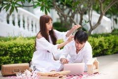 Vino di conversazione e bevente dell'amante romantico felice delle coppie mentre avendo un picnic a casa fotografie stock libere da diritti