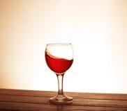 Vino di Ed nel vetro sulla tavola Il concetto delle bevande e Immagine Stock Libera da Diritti