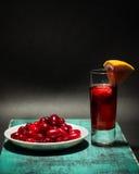 Vino di frutta di estate con la fragola, piatto delle bacche del corniolo, studio Immagine Stock