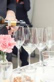 Vino di versamento del sommelier al vetro di vino Fotografia Stock Libera da Diritti