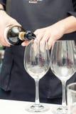 Vino di versamento del sommelier al vetro di vino Immagine Stock