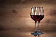 Vino Dos copas de vino en un fondo de madera Imagen de archivo libre de regalías
