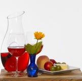 Vino e frutta e fiore fotografia stock libera da diritti