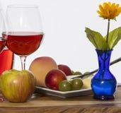 Vino e frutta e fiore fotografia stock