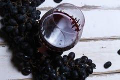 Vino e frutta sulla tavola Fotografia Stock