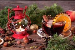 Vino e ingredientes reflexionados sobre la Navidad Imágenes de archivo libres de regalías