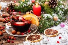 Vino e ingredientes reflexionados sobre la Navidad Foto de archivo libre de regalías
