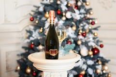 Vino en el ajuste de la Navidad Decoraciones del Año Nuevo Tema de los días de fiesta de invierno Fotografía de archivo