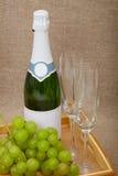 Vino espumoso con las uvas y los vidrios de vino Imagen de archivo libre de regalías