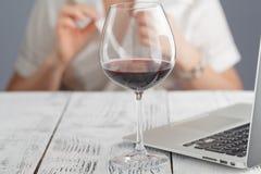 Vino femminile della bevanda all'ufficio Estremità di tempo di lavoro Immagine Stock Libera da Diritti