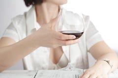 Vino femminile della bevanda all'ufficio Estremità di tempo di lavoro Fotografia Stock Libera da Diritti