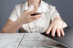 Vino femminile della bevanda all'ufficio Estremità di tempo di lavoro Fotografia Stock