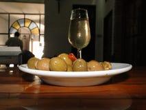Vino fino de Cordobes con picotear del aperitivo de aceitunas ricas fotos de archivo