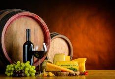 Vino, formaggio, alimento e barilotto Immagini Stock Libere da Diritti