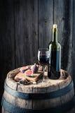 Vino fresco in vetro con i fichi sul barilotto della quercia Fotografia Stock Libera da Diritti