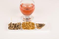 Vino fritto di vetro degli insetti delle locuste di molitors del grilli fotografia stock libera da diritti