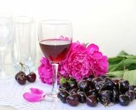 Vino, fruta y flores Imagen de archivo libre de regalías