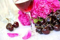 Vino, fruta y flores Imagen de archivo