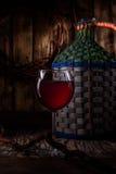 Vino hecho en casa de las uvas jovenes Izabella imagen de archivo libre de regalías