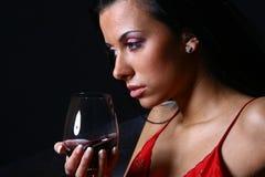 Vino hermoso s del drinkink de la mujer Imagen de archivo libre de regalías