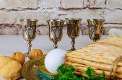 Vino kosher rojo cuatro del Haggadah del matzah o de la pascua judía del matza foto de archivo libre de regalías