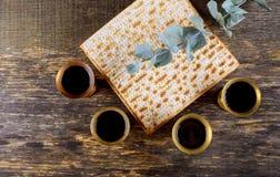 Vino kosher rojo cuatro del Haggadah del matzah o de la pascua judía del matza fotografía de archivo libre de regalías