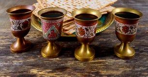 Vino kosher rojo cuatro del Haggadah del matzah o de la pascua judía del matza imágenes de archivo libres de regalías
