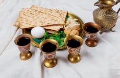 Vino kosher rojo cuatro vidrios del Haggadah del matzah o de la pascua judía del matza foto de archivo libre de regalías