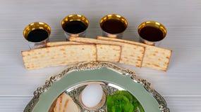 Vino kosher rojo cuatro vidrios del Haggadah del matzah o de la pascua jud?a del matza foto de archivo libre de regalías