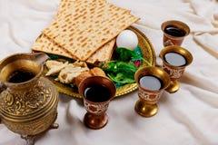 Vino kosher rojo cuatro vidrios del Haggadah del matzah o de la pascua jud?a del matza fotografía de archivo libre de regalías