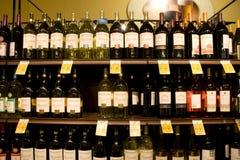 Vino, licor, bebidas, tienda del alcohol imágenes de archivo libres de regalías
