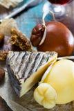 Vino licoroso dulce del postre en el vidrio, quesos duros Caciocavallo o Imágenes de archivo libres de regalías