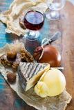 Vino licoroso dulce del postre en el vidrio, quesos duros Caciocavallo o Imagen de archivo